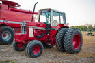 IH 1586 TRACTOR W/DUALS
